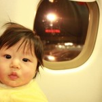帰省などでの赤ちゃん連れ飛行機の乗り方 耳抜きやぐずりの対処法は?